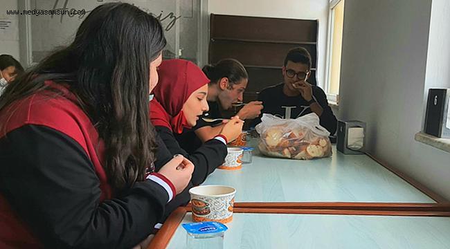 Öğrencilere öğle tatilinde ücretsiz yemek